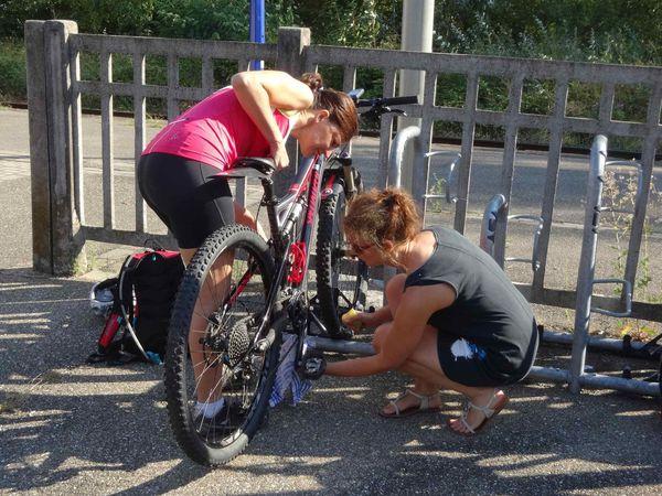 Valérie récupère son vélo à la gare d'Eichhoffen. On roule ensuite à travers les vignes pour rejoindre le joli village d'Andlau.