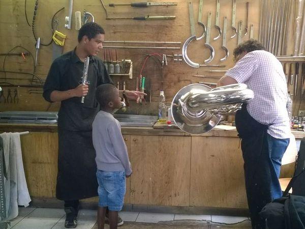 Transmission des savoirs à l'atelier avec l'apprentissage, côté accueil pour initier aux instruments