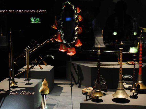 Quelques vitrines du musée,  celle de droite dédiée plus particulièrement à l'histoire des instruments catalans.Cliquer sur chaque photo pour agrandir.