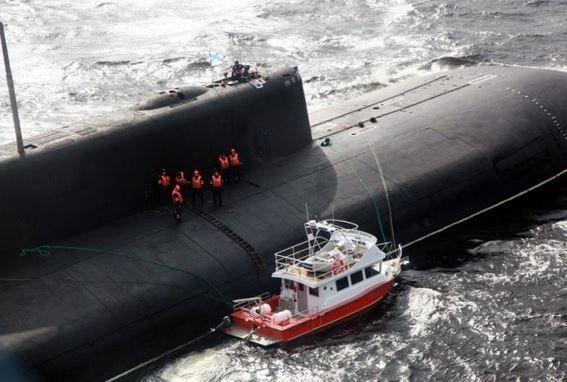 Le sous-marin nucléaire russe Voronezh, de classe Oscar, au secours du Barentz 1100 en Mer Blanche