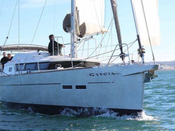 Mise à l'eau du second voilier de voyage Exploration 45 à Cherbourg