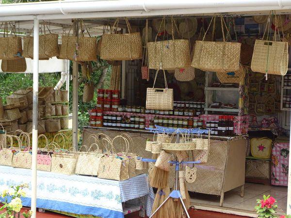 Les petites boutiques d'artisanat en bordure de route.