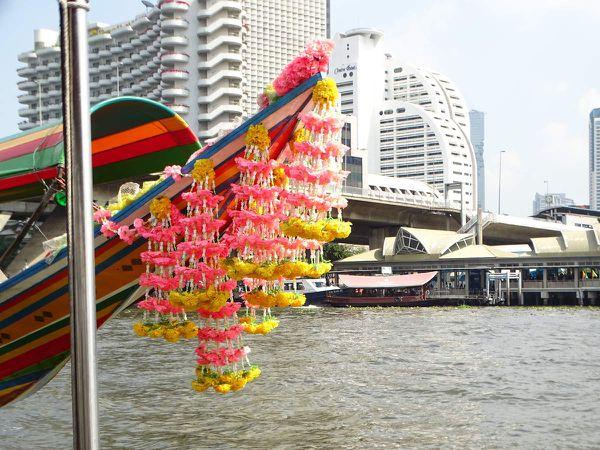 Le bateau à longue queue avec sa jolie décoration florale.