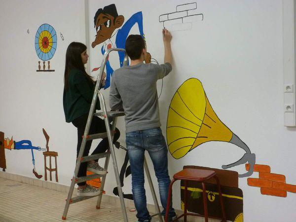 et voici ce que donne le dessin sur le mur du foyer. Les élèves en pleine action.