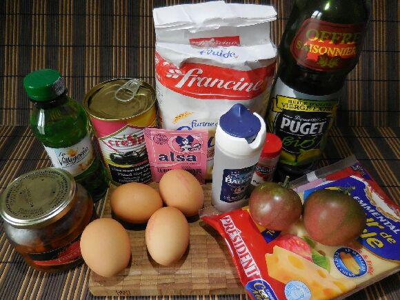 1 - Mettre votre four à préchauffer th 7 et utiliser les ingrédients de la façon suivante. Mélanger dans un saladier la farine et la levure chimique. Creuser un petit puits au centre, y casser et incorporer les oeufs un par un en mélangeant à chaque fois. Bien travailler la préparation pour obtenir un mélange homogène. Verser l'huile et bien l'incorporer. Pour finir verser le vin blanc bien mélanger, La pâte obtenue doit être bien lisse et sans grumeaux.