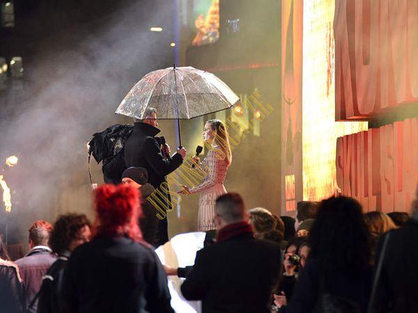 Brie Larson,  courageuse sous une pluie battante et surtout glaciale !