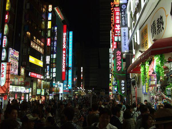 En plus de karaokés un peu partout, on trouve quelques salles d'arcades à Shinjuku, mais on ne s'y est pas vraiment attardé et avons juste visité rapidement l'une d'entre elles (enfin, sauf pour l'un d'entre nous qui était déjà en manque de Groove Coaster...).