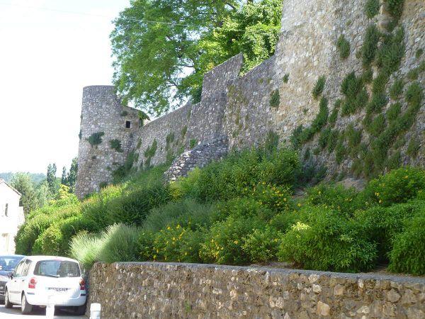 La maison de retraite de Montéléger, les remparts de Vaunaveys, l'école et l'église d'Ourche.