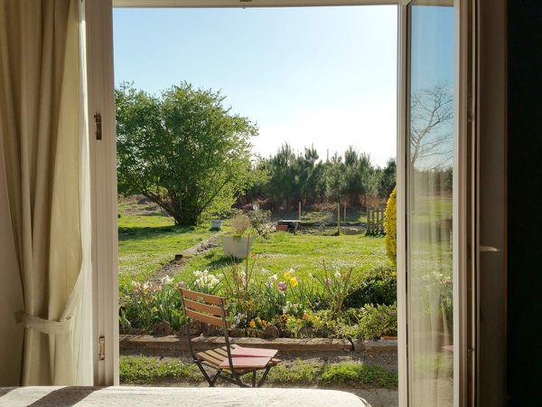 chambre avec vue sur le jardin et le bassin