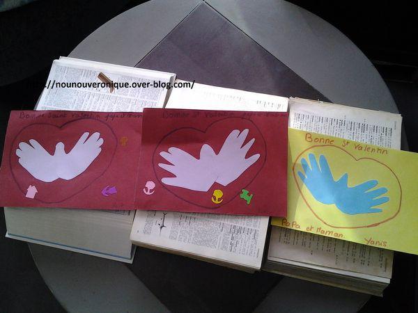 Tracer les mains des petits loups dans du papier cartonner, les découper puis les coller en réunissant les pouces pour former un cœur. Dessiner un cœur autour des mains. puis laisser les enfants décorer la carte.