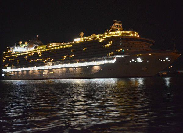 Approche au large de Cherbourg et arrivée du paquebot Ventura hier matin.