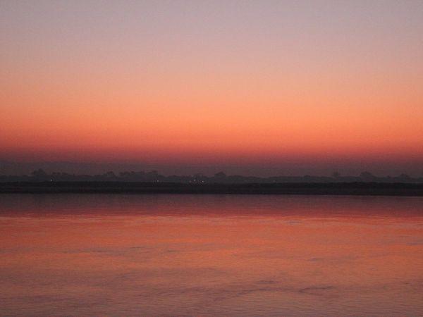 Lente navigation sur l'Irrawaddy