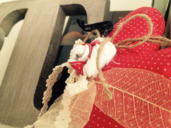 Coeur rouge - petit grelot - rubans - feuilles squelettes