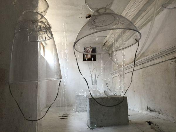 Arsenal to find inspiration est une installation dans la salle des machines d'ascensceur dans la maison du prix Nobel Elias Canetti à Ruse en Bulgarie