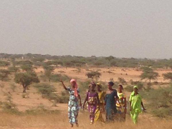 Les femmes de Ker-Saër arrivent pour le cours d'alphabétisation et les enfants de la classe d'Aby font des crêpes  avec Ginette