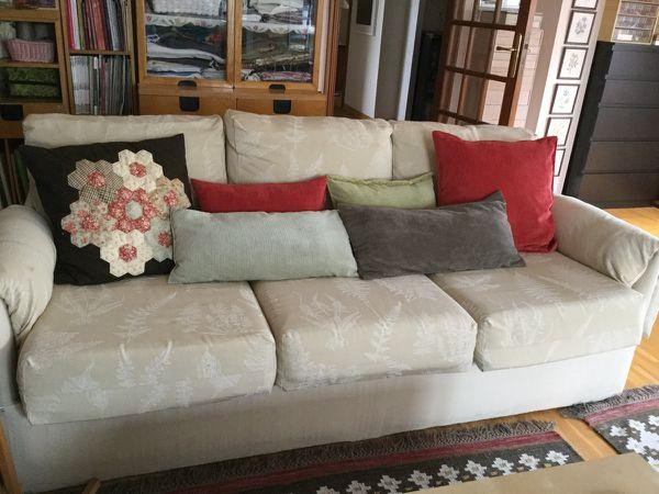 El conjunto en su sofá