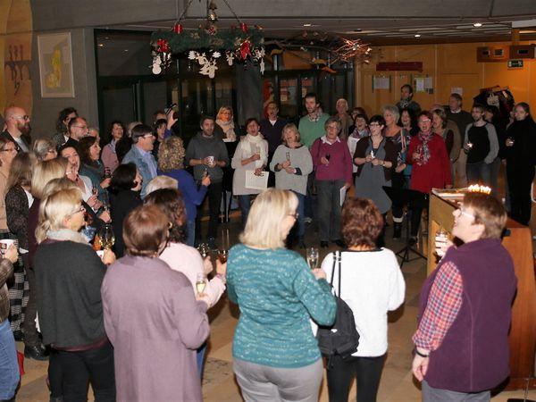 Immer wieder prosteten sich die frohgelaunten Sängerinnen und Sänger zu und stimmten Lieder an.
