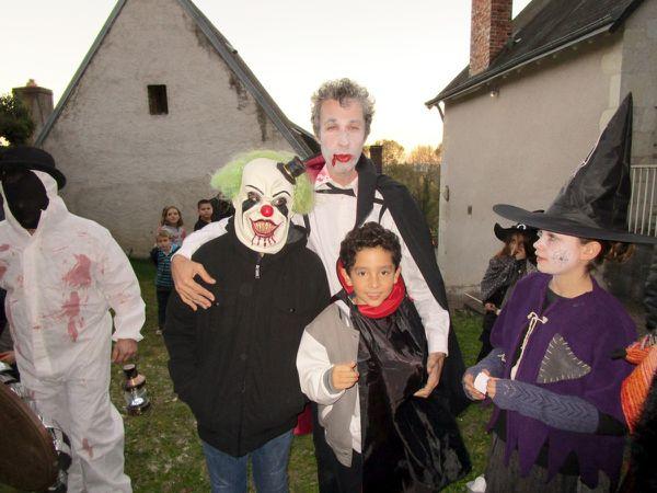Vampires, sorciers, clowns grimaçants côtoyaient un étrange personnage masqué, tandis que les marionnettes se démenaient comme des folles