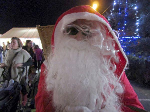 Le Père Noël est accueilli par les élèves du lycée Nazareth avant de distribuer des cadeaux aux petits enfants