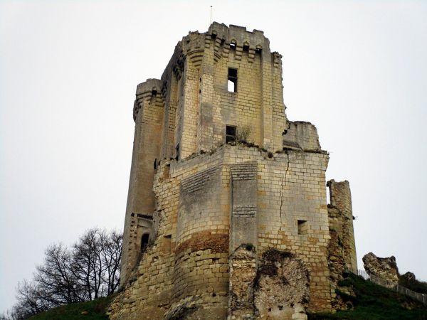 Dans des positions acrobatiques, les bénévoles dégagent les abords du château