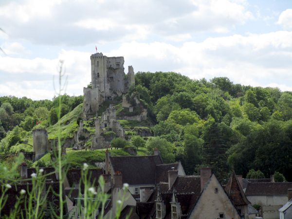 """Lavardin : le château et le village vus de la Rotte aux biques. """"La Terrasse du Château"""", le nouveau restaurant, son chef David avec Thierry Fleury, le maire de Lavardin"""