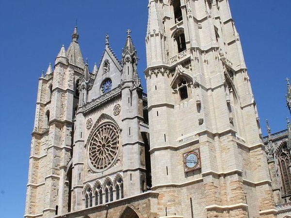 Emanuela Pagan e il Cammino di Santiago. Altre tre tappe da Mansillas de las Mulas ad Astorga, passando per Leòn. Scie di speranza nel cielo