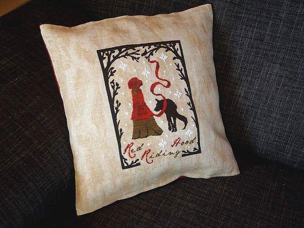 Chaperon rouge de Primitive Hare sur toile lin 12.5 fils moka marbré. Dos en  tissu rouge marbré