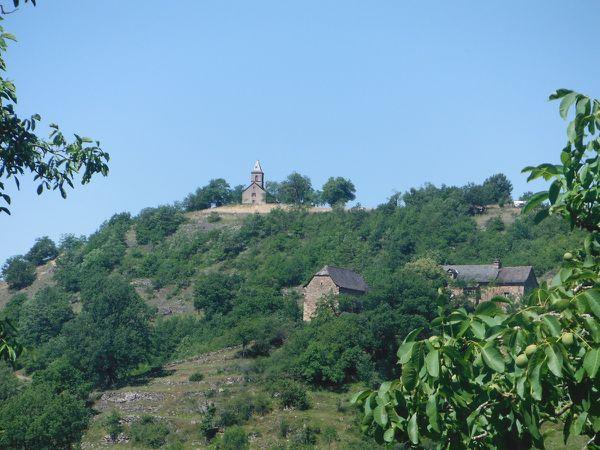 Marcillac &#x3B; vignes en terrasse au-dessus de Marcillac &#x3B; la chapelle Saint-Jean le Froid.