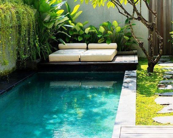 Cinq options pour aménager les abords d'une petite piscine