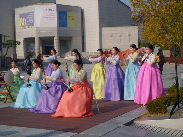 Quelques scènes, du plus classique au plus contemporain. La Corée du sud est une démocratie ...