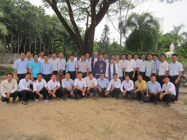 Sortie du noviciat àmobylette naturellement ! Nos 30 jeunes en formation au Vietnam...