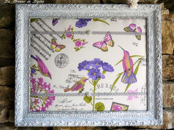 Cadre ancien patiné blanc grisé, finition cirée, tissu coton sur molleton, galon passementerie et petites roses