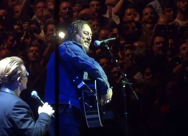 "Zucchero avec U2 pour le dernier titre ""I Still Haven't Found What I'm Looking For"""