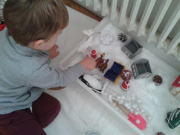 L'arbrisseau a passé un temps fou  jouer avec son bac sensoriel de Noël qui s'est étoffé au fur et à mesure de l'ouverture du calendrier de l'Avent
