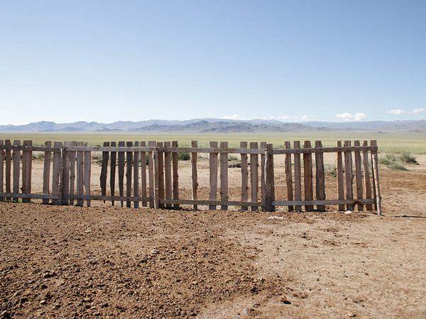 Ici, les Mongols n'ont pas besoin de faire sécher la bouse pour construire leur mur, l'argile leur permet de faire de vraies briques.