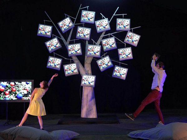 Mardi 6 décembre, tous les enfants de l'école se sont rendus à L'Estran pour assister au spectacle de Noël.  Gilles Rousseau  et Fanny Paris, deux danseurs,  ont  proposé aux enfants un très joli  spectacle en lien avec l'univers digital et contemporain.