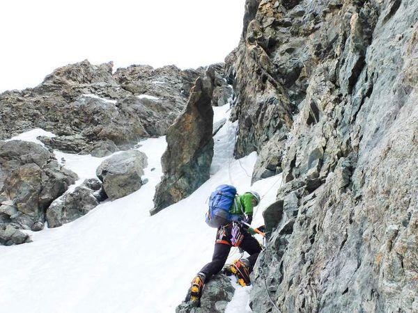 La fameuse traversée Zsigmondy avec son câble et sa glace de face nord.Une cordée Scottish nous précède.
