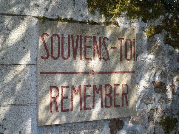 """Le Mémorial d'Oradour-sur-Glane situé dans le cimetière - Plaque """"Souviens-toi"""" située à l'entrée du village martyr"""