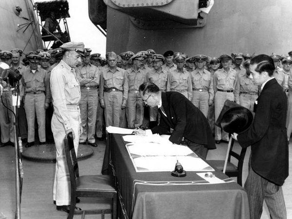 2 septembre 1945 : Signature de la capitulation japonaise.