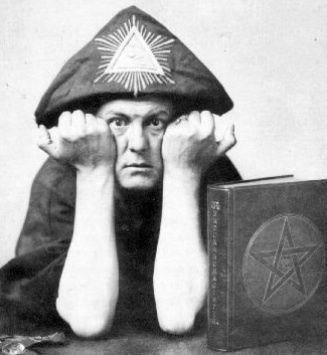 Crowley le timbré, le logo de l'Ordre Hermétique de l'Aube Doré, et Sir Mick Jagger le flashant le 666 digital.