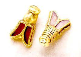 Le symbolisme de l'abeille est récurent dans la monarchie Française, qui tire ses racines des Francs Sicambres, une tribu Germanique, qui prétendaient descendre du roi Sol-Amon.