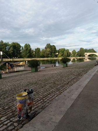 Orléans : vieilles maisons et quai de la Loire.