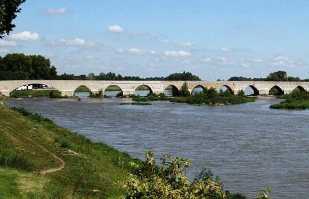 Beaugency : Tour César, abbatiale Notre-Dame et Pont du diable.