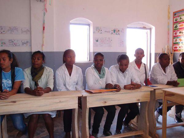 Debout, les 3 jeunes qui ont fait leur scolarité primaire à l'Ecole d'ANTSAHABE qui ont eu Mme LALA comme institutrice, la jeune fille est accompagnée de sa grand mère. Sur la même photo, à droite les 2 Professeurs recrutés en septembre 2016. La nouvelle salle de classe qui a été aménagée dans la réserve de l'Espace Restauration. Une partie de l'Equipe Pédagogique.