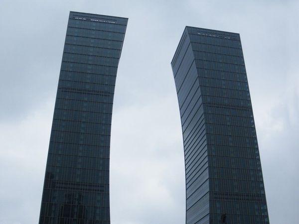 la ville moderne où les gratte-ciel rattrappent les nuages