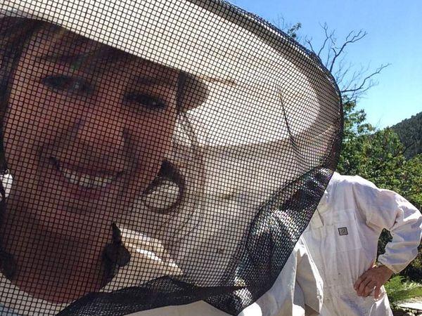 Aujourd'hui, nous allons voir la ruche de Jeff.....il y a beaucoup de miel alors on extrait les cadres. Demain, nous irons chez Andrewpour voir ses ruches et extraire le miel.....