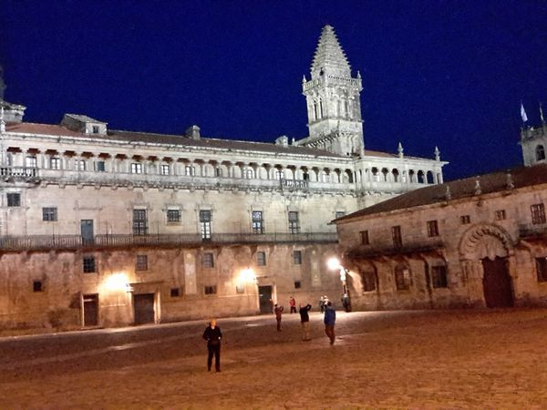 Et Santiago,  la nuit,  entre chants, recueillement, ....et manifestation pacifique. ...