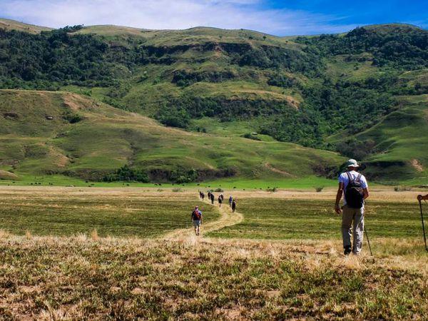 Petite randonnée d'une journée avec le groupe de touriste Danois et arrêt pour manger dans un village Zulu.