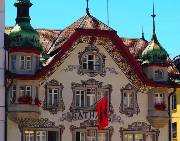 Maisons et l'hôtel de ville sur la place du monastère