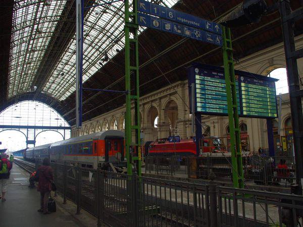 dernière photo: On se rappellera spécifiquement que dans la gare principale de Budapest aux trajets internationaux, il faut prendre un ticket...et  attendre son tour. 3h. Pas la peine de regarder en avance donc, les horaires du train que vous souhaitez prendre pour quitter le pays. Vous devrez sûrement comme nous, courir en panique sur les quais pour finalement monter dans un train en espérant que se soit lui. Train qui de toute façon, ne partira pas à l'heure.